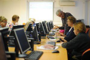Пенсионеры поучаствовали в компьютерном многоборье. Фото: Александр Кожохин, «Вечерняя Москва»