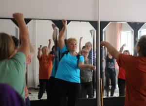 Занятие по гимнастике состоялось для пенсионеров в районе. Фото: Александр Кожохин, «Вечерняя Москва»