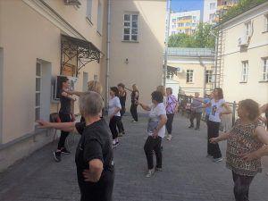 Участники проекта «Московское долголетие» позанимались аэробикой в центре соцобслуживания района. Фото: страница ТЦСО в социальных сетях