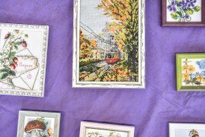 Дистанционное занятие по вышиванию в библиотеке имени Александра Пушкина. Фото: Пелагия Замятина, «Вечерняя Москва»