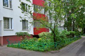 Работы по уборке дворовых территорий провели в районе. Фото: Анна Быкова