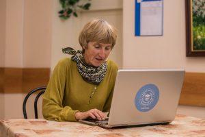Занятия иностранными языками в онлайн-формате проведут сотрудники центра социального обслуживания в районе. Фото: Михаил Подобед, «Вечерняя Москва»