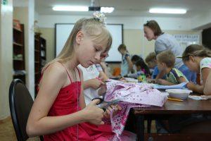 Мастер-класс по изготовлению открытки организуют представители Центра эстетического воспитания детей. Фото: Алексей Орлов, «Вечерняя Москва»