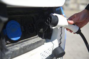 Водители электромашин могут зарядить свои автомобили на улицах Москвы. Фото: Александр Кожохин, «Вечерняя Москва»