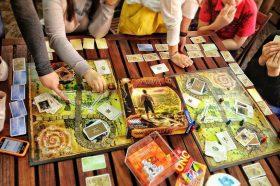 Сотрудники Пушкинской библиотеки пригласили жителей района поиграть в настольные игры. Фото предоставили в пресс-службе Пушкинской библиотеки
