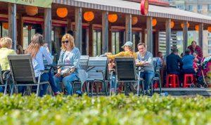 Правительство Москвы не планирует создавать отдельные зоны для привитых от COVID-19 в ресторанах столицы. Фото: сайт мэра Москвы