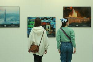 Выставку картин «Вдохновленные Москвой» открыли в Московском доме национальностей. Фото: Наталья Нечаева, «Вечерняя Москва»